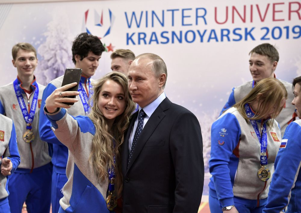 رئيس روسيا فلاديمير بوتين يلتقط صورة سيلفي مع طلاب جامعة