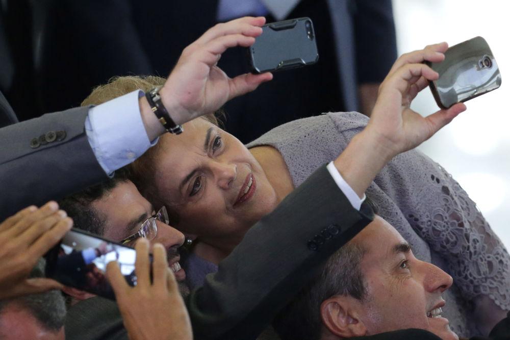 صورة سيلفي مع رئيسة البرازيل السابقة ديلما روسيف