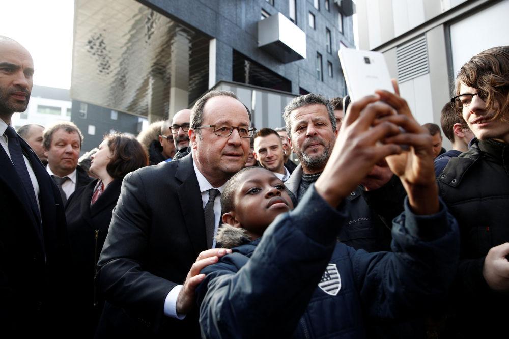 صورة سيلفي مع رئيس فرنسا فرانسوا هولاند