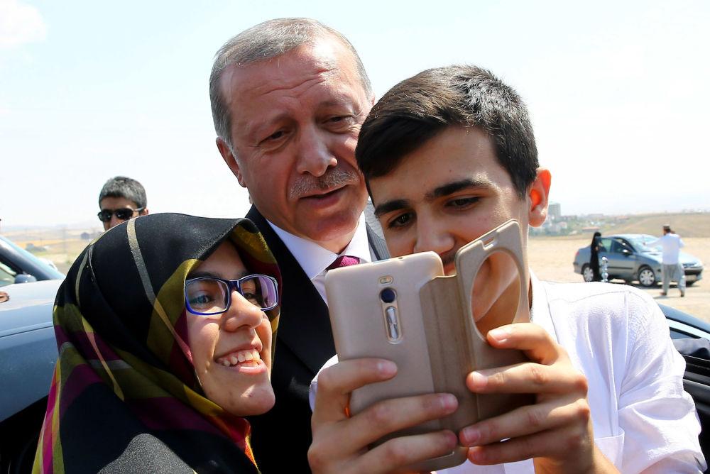 رئيس تركيا رجب طيب إردوغان يلتقط صورة سيلفي مع المواطنين في أنقرة