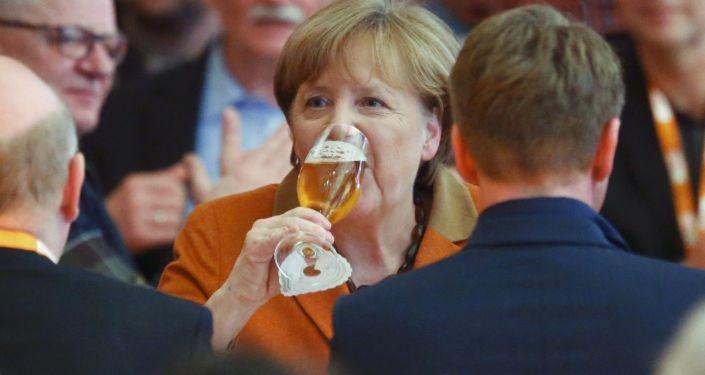 مستشارة ألمانيا أنجبلا ميركل تشرب البيرة خلال اجتماع الأربعاء مع الحزب المسيحي الديموقراطي في ديمين، شرق ألمانيا 1 مارس/ آذار 2017