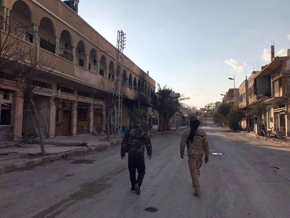 عناصر قوات الجيش العربي السوري يسيرون في شوارع مدينة تدمر بعد تحريرها