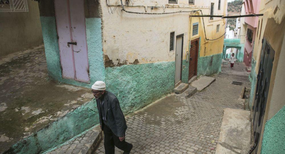 رجل يسير في مدينة  مولاي إدريس، وهي مدينة باسم أول مؤسس مدينة إسلامية في المغرب، بالقرب من مكناس، المغرب 24 فبراير/ شباط 2017