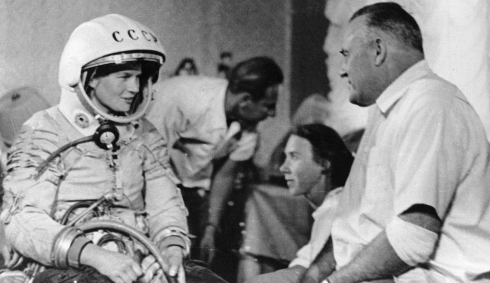 فالنتينا تيريشكوفا قبل إنطلاقها في رحلة إلى الفضاء وكبير المصصمين لأنظمة الصواريخ الفضائية الأولى الأكاديمي سيرغي كوروليف
