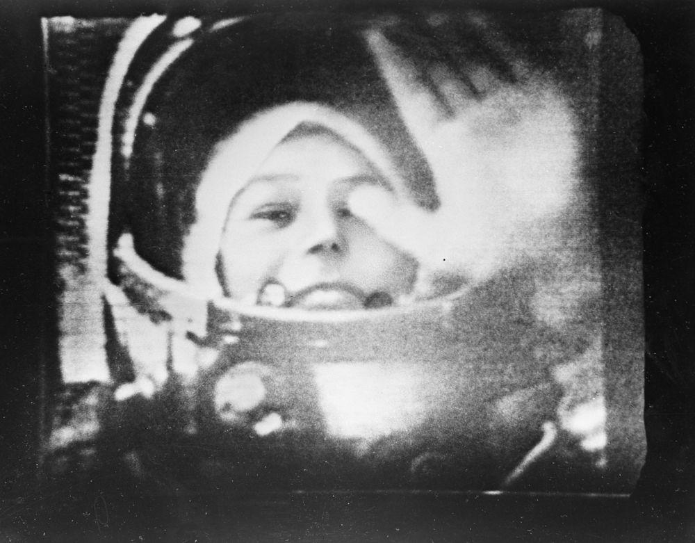 رائدة الفضاء فالنتينا تيريشكوفا داخل قمرة القيادة للمركبة الفضائية فوستوك-6