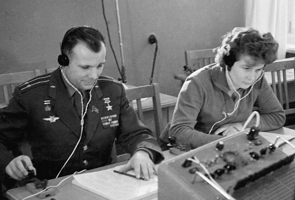 فالنتينا تيريشكوفا ويوري غاغارين خلال إحدى محاضرات الإذاعة.