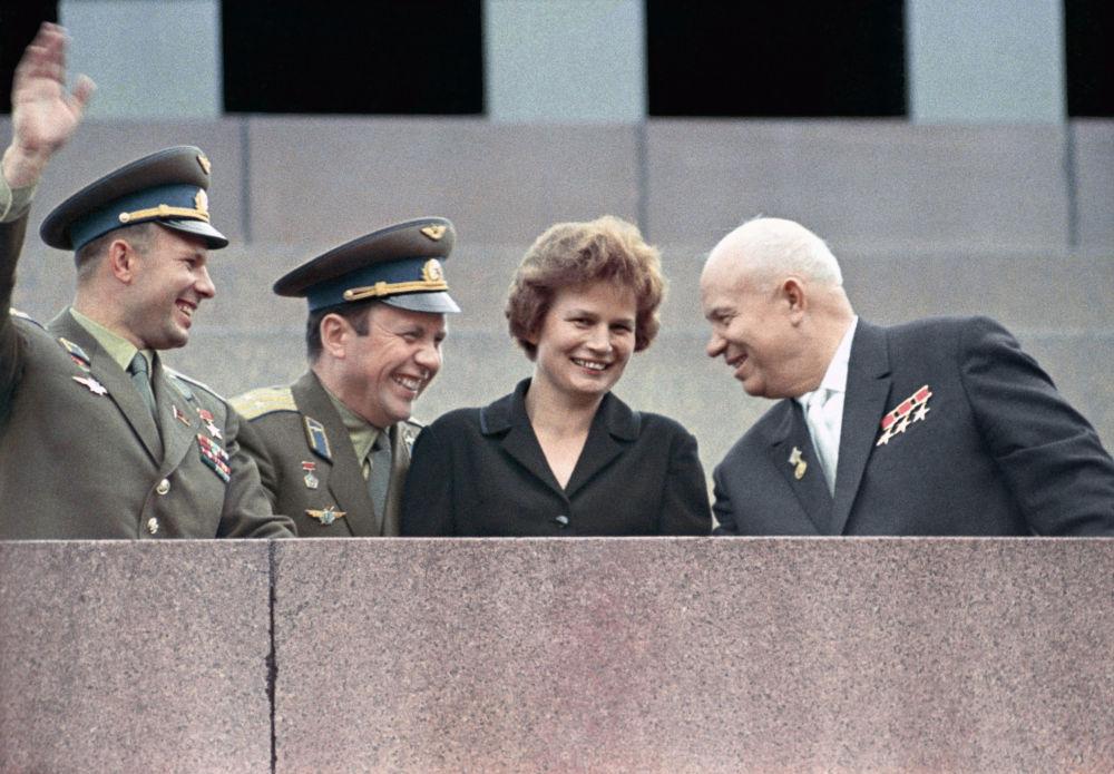 من اليسار إلى اليمين: رواد الفضاء يوري غاغارين وبافل بوبوفيتش وفالنتينا تيريشكوفا مع زعيم الاتحاد الوسفيتي نيكيتا خروشيوف