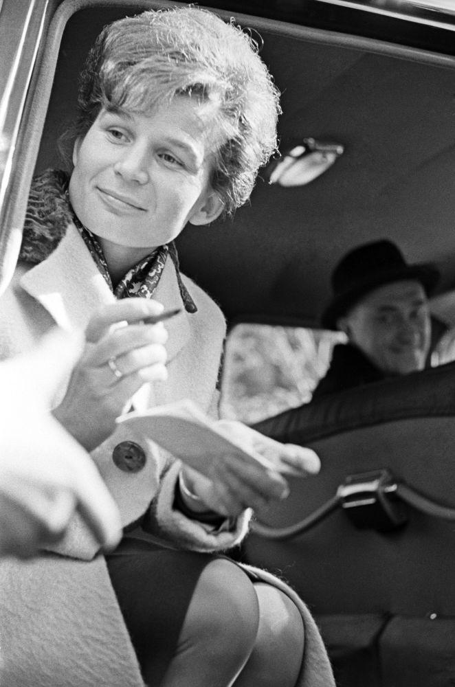 رائدة فضاء فالينتينا تيريشكوفا خلال إعطائها تواقيع للمعجبين