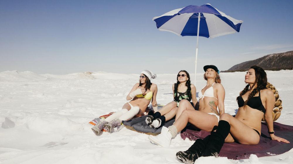 الفتيات اللاتي تمارسن رياضة التزلج على الجليد خلال جلسة تصوير على ضفاف بحيرة بايكال المتجمدة