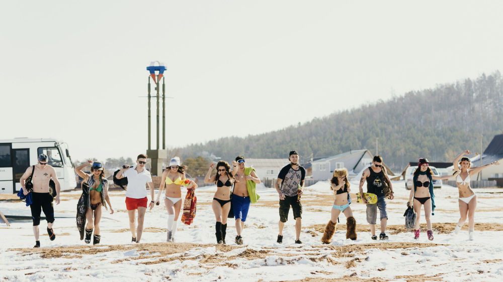 الفتيان والفتيات الذين يمارسون التزلج على الجليد خلال جلسة تصوير على ضفاف بحيرة بايكال المتجمدة