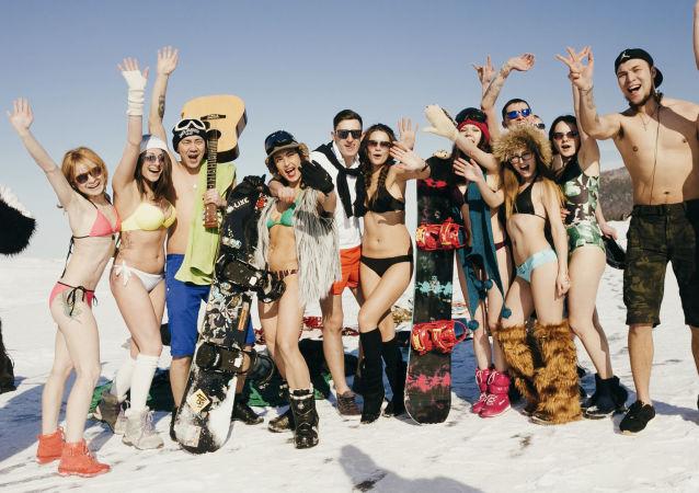 الفتيات اللاتي تمارسن التزلج على الجليد تستجمن على ضفاف بحيرة بايكال المتجمدة