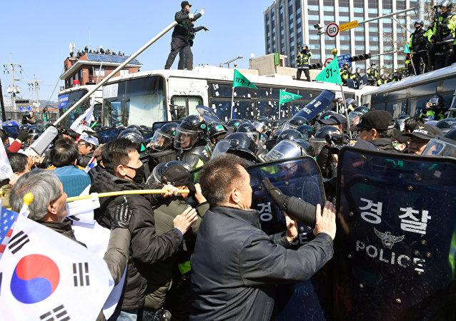 مواجهات ما بين الشرطة ومتظاهرين احتجاجا على عزل رئيسة كوريا الجنوبية
