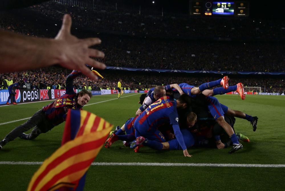 فريق كرة القدم برشلونة يحتفلون بفوزهم على فريق باري-سان-جيرمان بـ 6 أهداف مقابل واحد في نهائي 1/8 في دوري أبطال أوروبا، إسبانيا 8 مارس/ آذار 2017