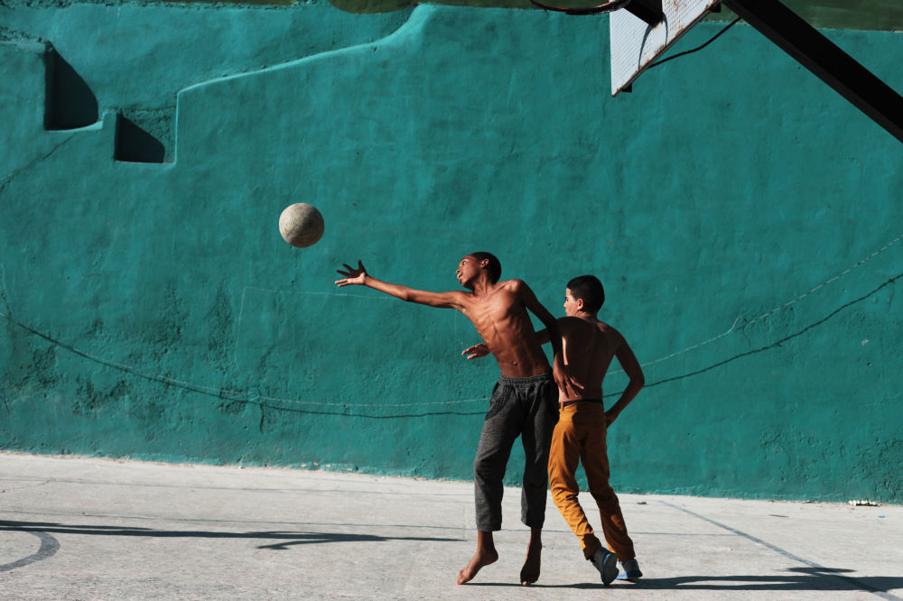 ولدان يلعبان الكرة في حي هافانا القديمة، كويا