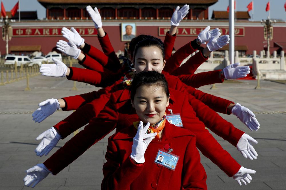 العاملات في مجمع فندق في ساحة تيانانمين خلال مؤتمر الشعب الوطني في بكين، 5 مارس/ آذار 2017