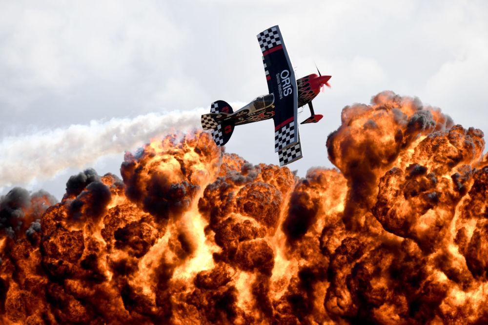 طيار من فريق الطيران Tinstix of Dynamite يقوم بحركات بهلوانية خلال العرض الجوي الدولي في ملبورن، أستراليا 5 مارس/ آذار 2017