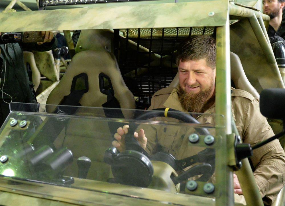 رئيس الجمهورية الشيشانية رمضان قاديروف يتفقد مركبة قتالية تشابورز-م3 (Чаборз - М3 - ذات ثلاثة مقاعد)