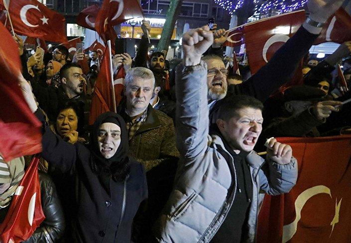 متظاهرون أتراك أمام القنصلية التركية في مدينة روتردام الهولندية