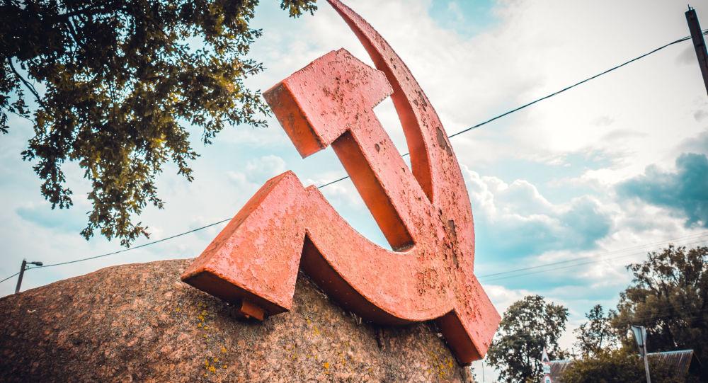 تمثال المنجل والمطرقة