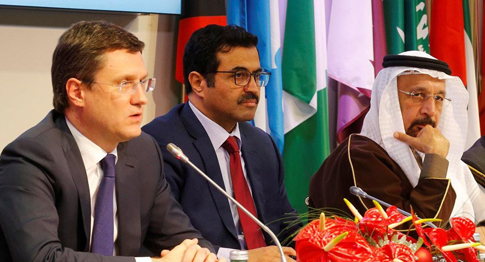 من اليسار إلى اليمين: وزير الطاقة الروسي ألكسندر نوفاك، رئيس أوبك ووزير الطاقة محمد السعدة ووزير الطاقة السعودي خالد الفالح خلال اجتماع لـ أوبك في فيينا، 10 ديسمبر/ كانون الأول 2016