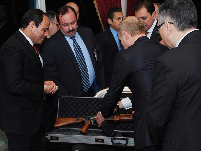 فلاديمير بوتين يهدي نظيره المصري بندقية كلاشنكوف AK 47