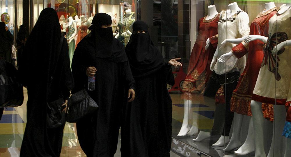 سعوديات يتسوقن في الرياض