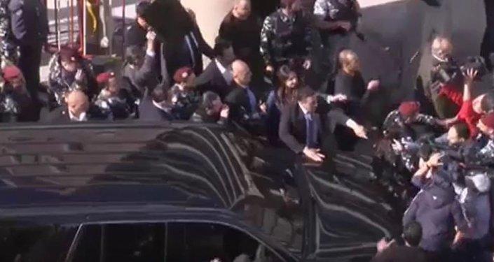 لحظة تعرض سعد الحريري لرشق بزجاجات المياه من المتظاهرين