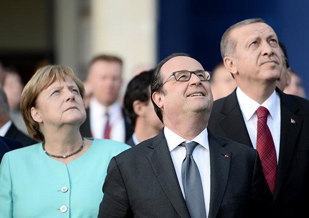رئيس تركيا رجب طيب إردوغان ومستشارة ألمانيا أنجيلا ميركل ورئيس فرنسا فرانسوا أولاند