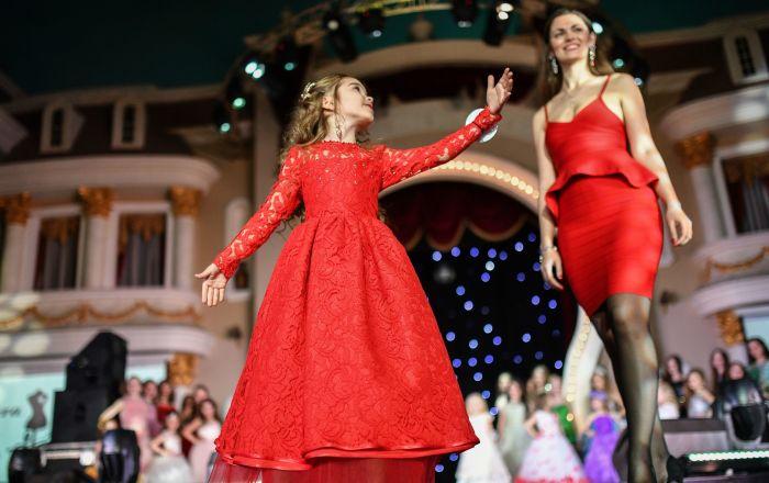 الفتيات اليافعات المشاركات في مسابقة حسناء روسيا الصغيرة لعام 2017 في فندق كورستون هوتيل كلاب بمدينة موسكو