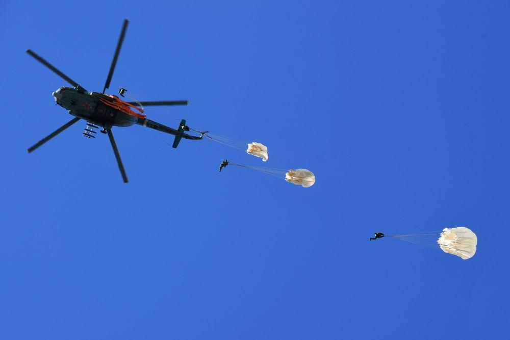تدريبات فرقة القفز المظلي فيتياز في مقاطعة موسكو