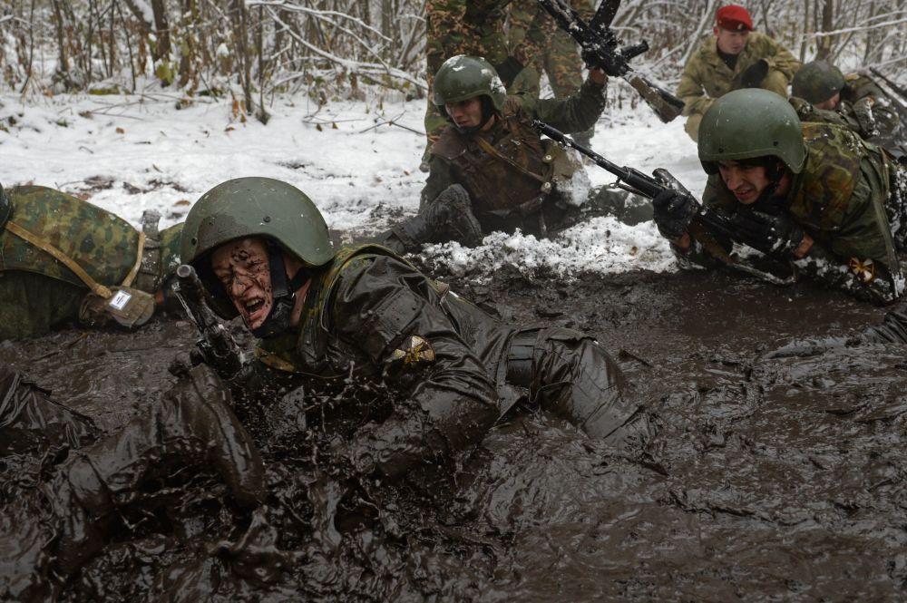 جندي فرقة الحرس الوطني الروسي مع جرو الكلب