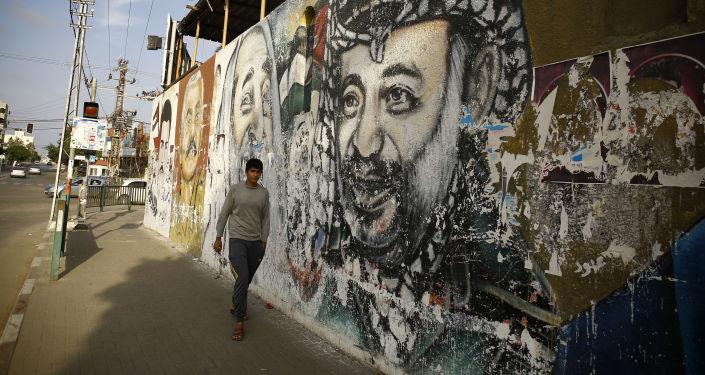 رسم غرافيتي لرئيس السلطة الفلسطينية الراحل ياسر عرفات في مدينة غزة