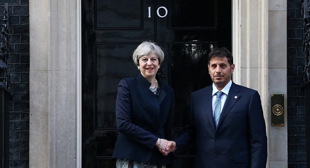مسؤول قطري مع رئيسة الوزراء البريطانية تيريزا ماي