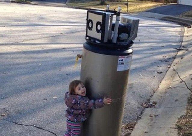 عناق طفلة لسخان المياه