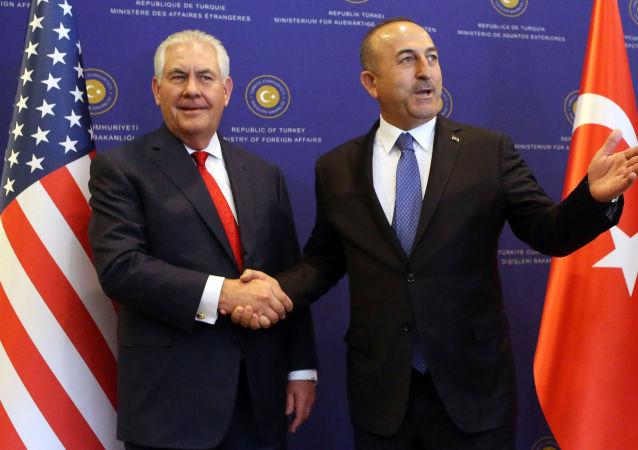 وزير الخارجية الأمريكي ريكس تيلرسون مع نظيره التركي مولود جاويش أوغلو