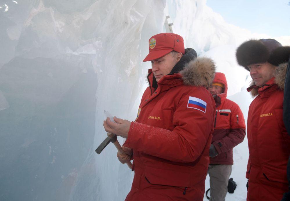 فلاديمير بوتين ودميتري مدفيديف في أرخبيل فرنسوا جوزيف
