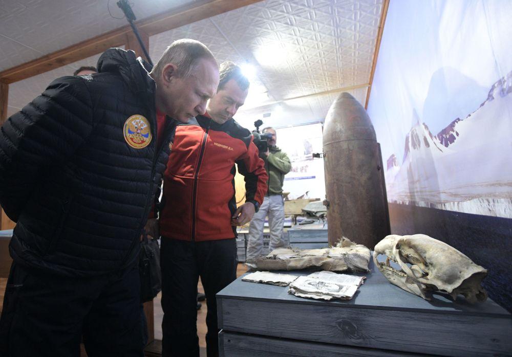 فلاديمير بوتين ودميتري مدفيديف يزوران أرخبيل فرنسوا جوزيف، 30 مارس/آذار