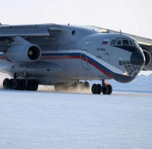 طائرة الرئيس الروسي فلاديمير بوتين خلال هبوطها في مطارأرخبيل فرنسوا جوزيف