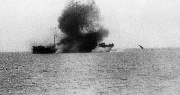 إصابة سفينة معادية بطربيد خلال التدريب
