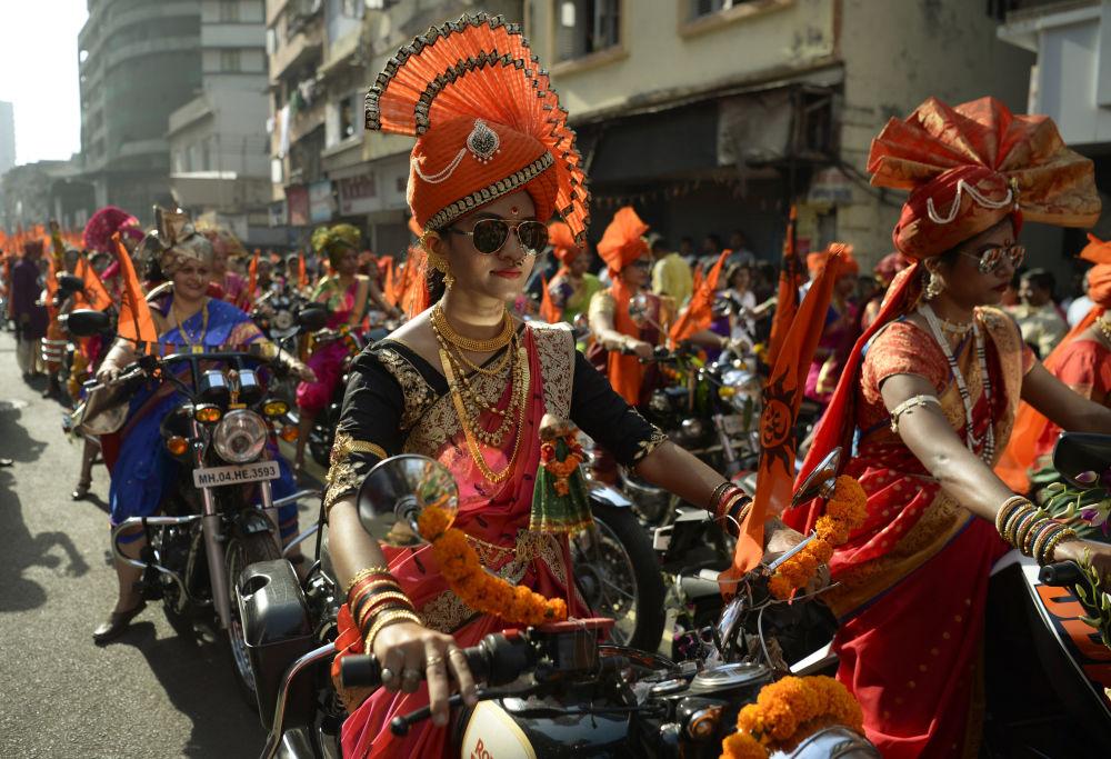 النساء الهنديات ترتدي لباس تقليدي احتفالاً بعيد غودي بادوا (رأس السنة الماهاراشية) في مومباي، الهند 28 مارس/ آذار 2017