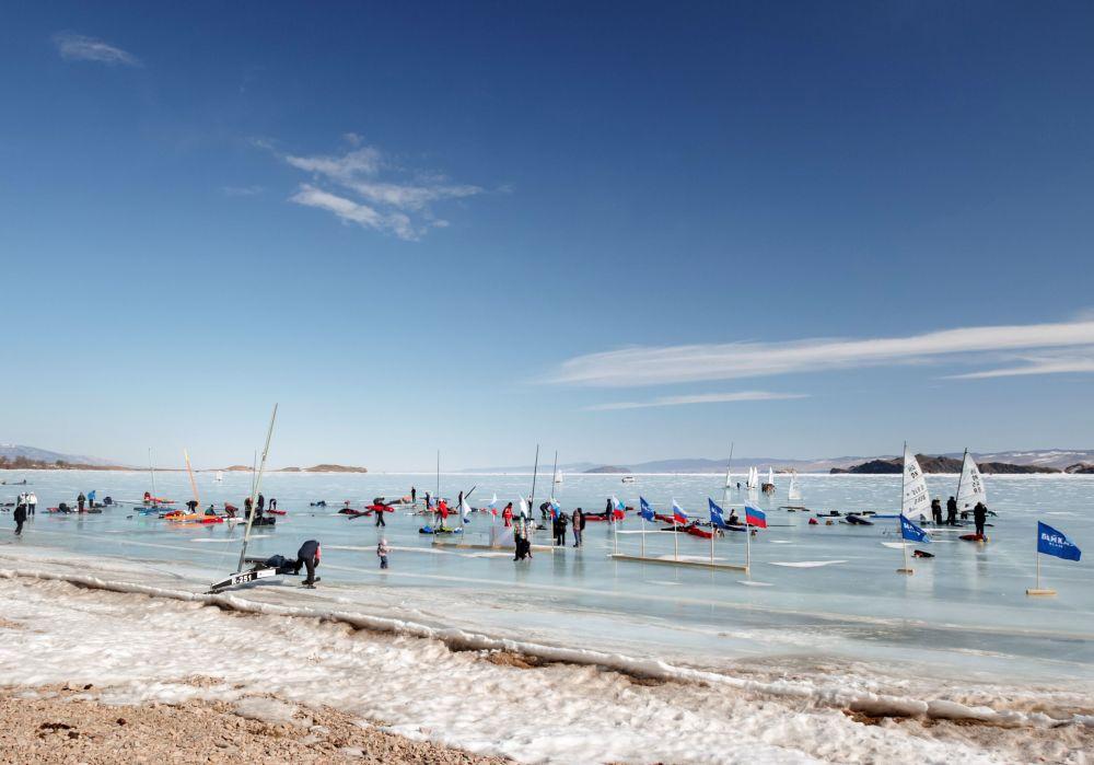 المشاركون في مسابقة منافسة الشراع على بحيرة بايكال المتجمدة، روسيا