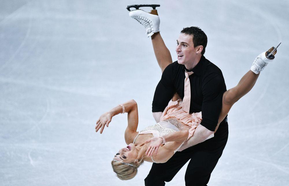 الرياضيان -أليونا سافتشينكا وبرونو ماسو (ألمانيا) خلال عرض فني قصير للأداء الزوجي في خيلسينكي، فنلندا