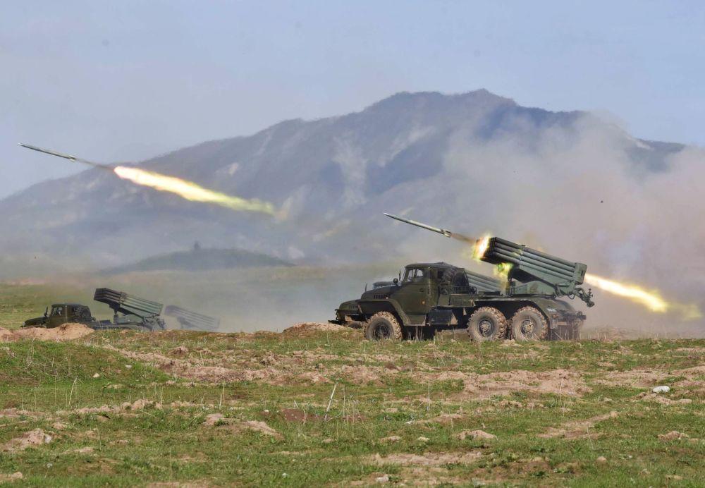 إطلاق صواريخ غراد خلال المناورات الروسية الطاجيكية المشتركة في الحقل العسكري فخر آباد في طاجكستان