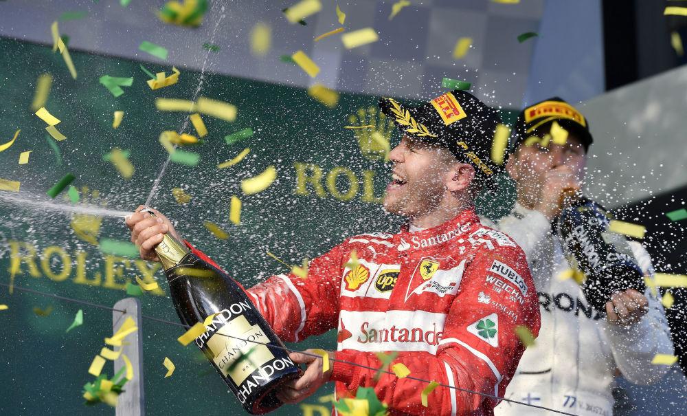 سائق الفيراري الألماني سيباستيان فيتل يحتفل بفوزه بجائزة فورمولا-1 الكبرى في ملبورن، أستراليا 26 مارس/ آذار 2017