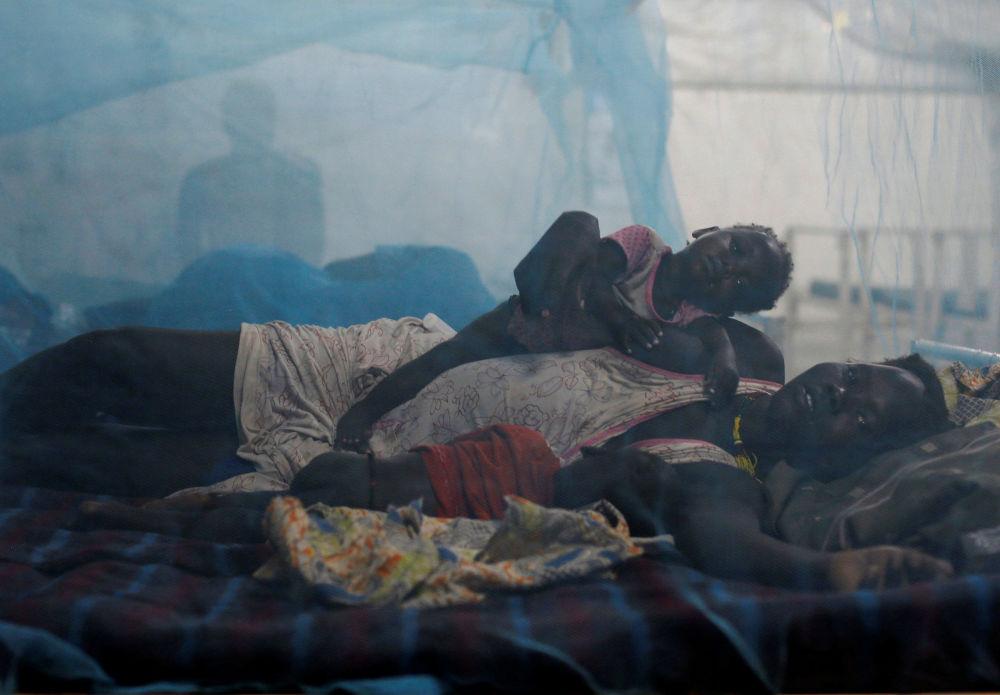 امرأة تستلقي مع طفلها على السرير في إحدى المراكز الطبية التابعة لـ أطباء بلا حدود، جنوب السودان، 23 مارس/ آذار 2017