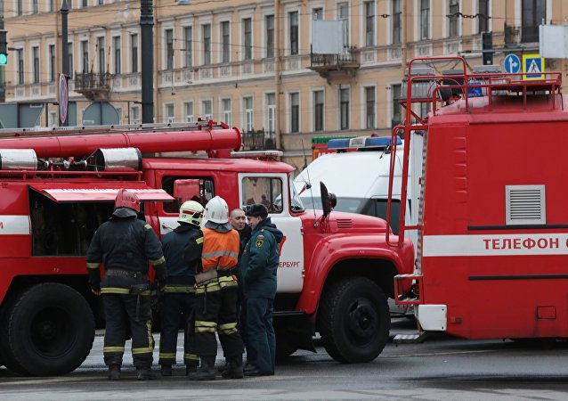 عناصر الشرطة الروسية تطوق وطواقم إطفاء الحريق