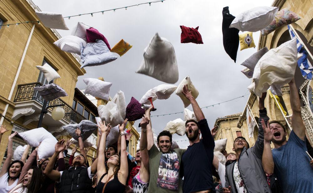 المشاركون في فعاالية اليوم العالمي عراك الوسائد في نيقوسيا، قبرص