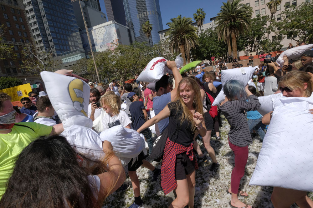 المشاركون في فعاالية اليوم العالمي عراك الوسائد في لوس أنجلوس، الولايت المتحدة