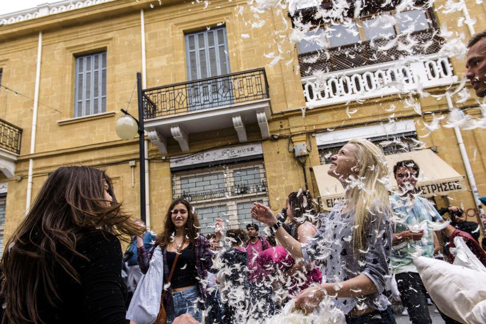 المشاركون في فعاالية اليوم العالمي عراك الوسائد في نيقوسيا، القبرص