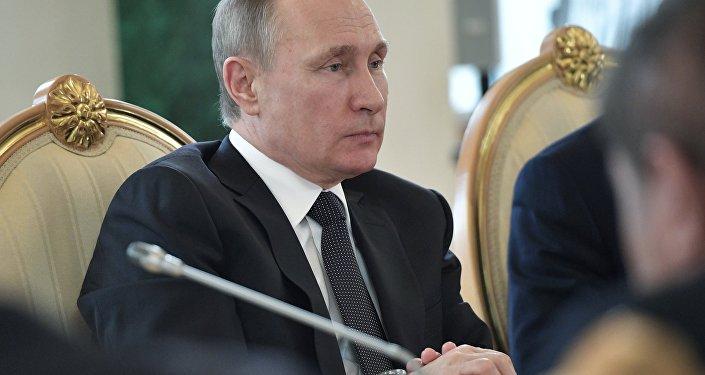 الرئيس فلاديمير بوتين خلال اللقاء مع رئيس أوزبيكستان شافكات ميرضيائيف